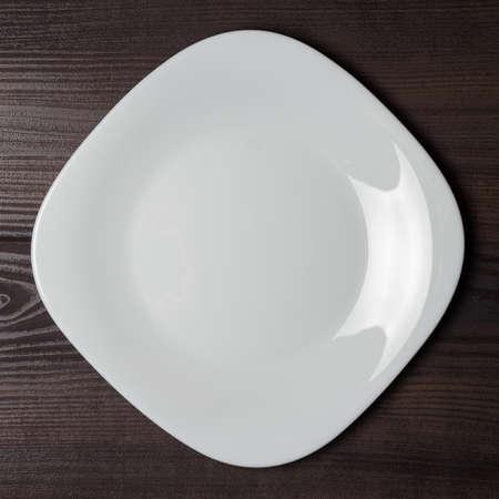 茶色の木製キッチン テーブルに空の正方形板