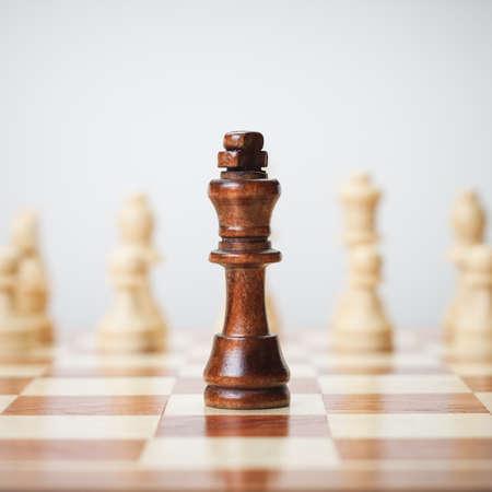 ajedrez: concepto de ajedrez sobre fondo gris
