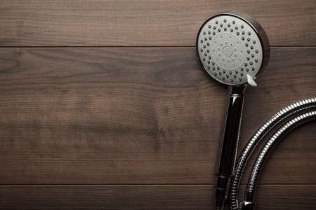 cabeza: nueva cabeza de la ducha en la mesa de madera Foto de archivo