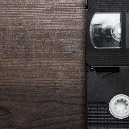 videocassette: viejas cintas de vídeo retro sobre fondo de madera marrón