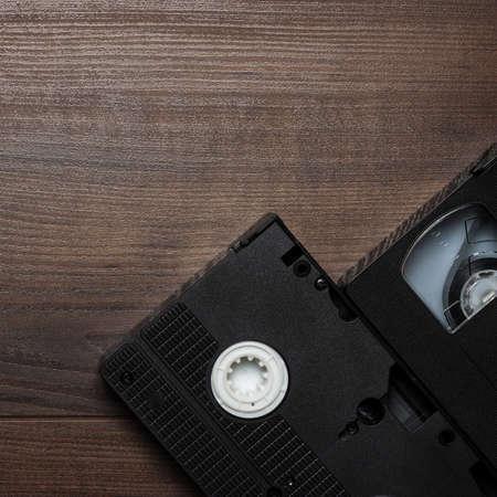 videocassette: vieja cinta de video retro sobre fondo de madera