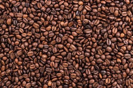 granos de cafe: granos de caf� en la textura de fondo de la tabla