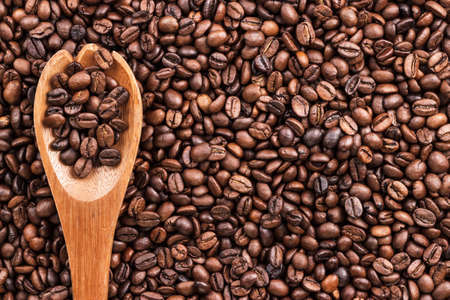 coffee beans and wooden spoon on the table background Banque d'images