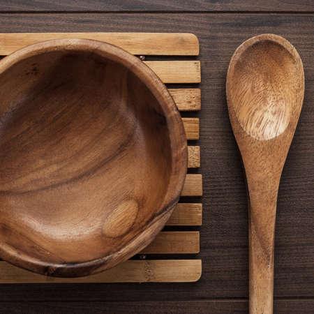 plato de ensalada: plato de ensalada de madera y la cuchara sobre la mesa marr�n Foto de archivo