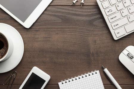raton: sobrecarga de mesa de la oficina con el cuaderno, el teclado y el rat�n del ordenador, Tablet PC y el tel�fono inteligente. espacio de la copia Foto de archivo