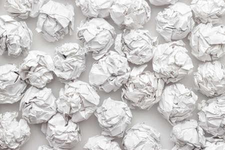papier froissé sur la table blanche remue-méninges dans le concept de bureau