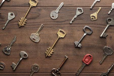 overhead of many different keys in oder on wooden background concept Standard-Bild
