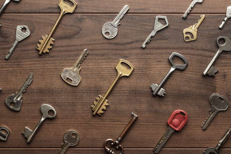overhead of many different keys in oder on wooden background concept Stockfoto