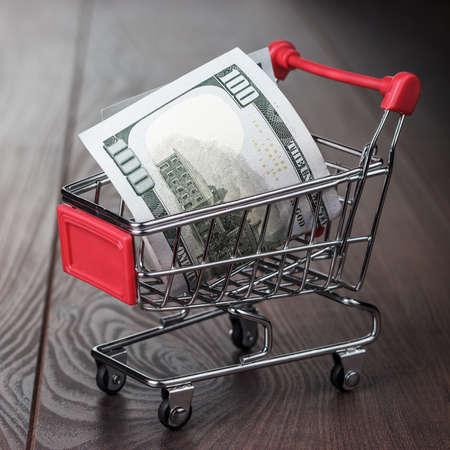 carretilla de mano: cien dólares en el carrito de la compra