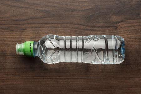 botella: botella de agua de pl�stico en la mesa de madera