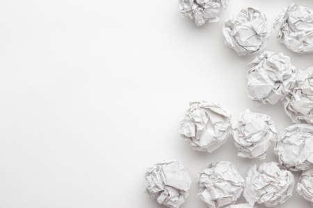 オフィス コンセプトでブレーンストーミング白いテーブルに紙を丸めて