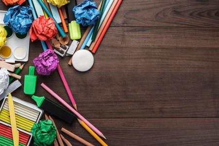 convivencia escolar: útiles escolares, con copia espacio en la mesa Foto de archivo