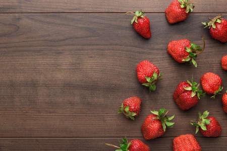 liggande: färska jordgubbar på den bruna träbord Stockfoto
