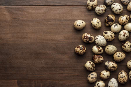 quail: algunos huevos de codorniz en la mesa de madera marrón