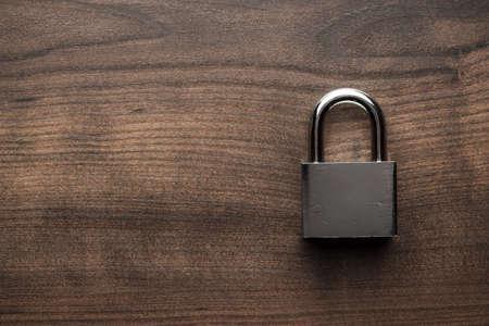 Check-Sperre auf der braunen Holztisch Hintergrund