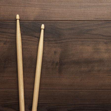 木製のテーブルに木製バチのペア