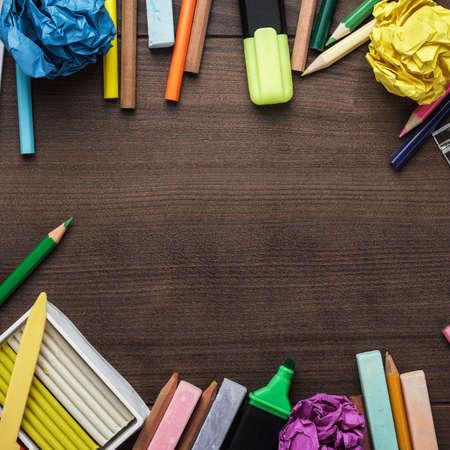 utiles escolares: útiles escolares, con copia espacio en la mesa Foto de archivo