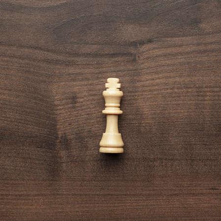 ajedrez: rey blanco de ajedrez en el fondo de la tabla de madera