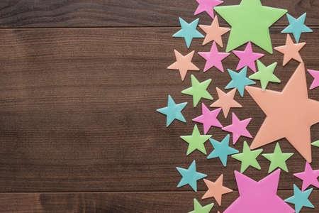 estrellas cinco puntas: plastic toy stars on the wooden table Foto de archivo