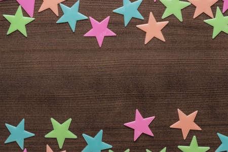 estrellas cinco puntas: estrellas de juguete de plástico sobre la mesa de madera