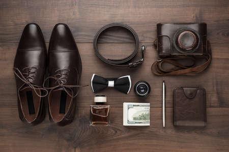 hombres negros: accesorios de los hombres con el fin en la vista de tabla de madera marrón sobrecarga