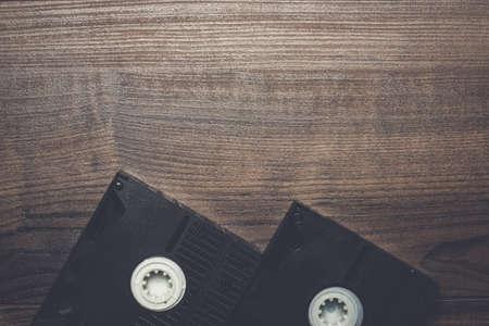 videocassette: vieja cinta de vídeo retro en el fondo de madera