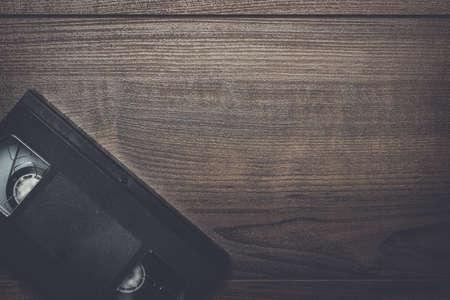videocassette: vieja cinta de vídeo retro sobre fondo de madera marrón