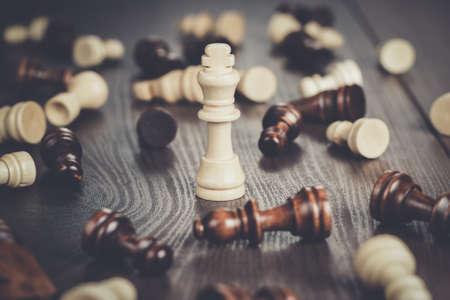 concept: échecs concept gagnant sur le fond en bois