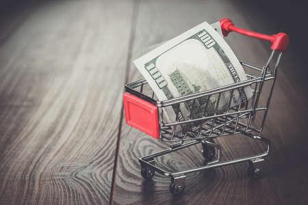 carretilla de mano: cien d�lares en el carrito de la compra