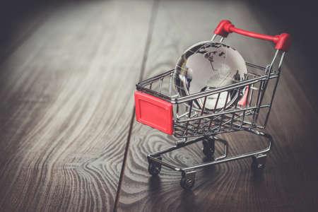 carretilla de mano: globo de cristal en el carrito de la compra