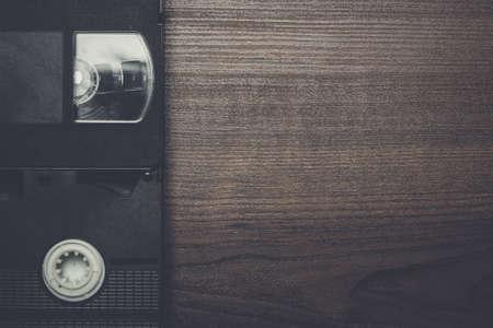 videocassette: Retro cintas de vídeo antiguas sobre fondo de madera marrón