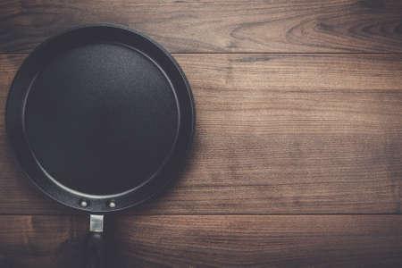 steel pan: sartén grande sobre el fondo de la tabla