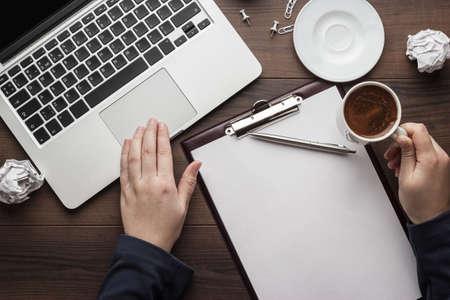 van bovenaf te bekijken. zakenvrouw met een kopje koffie werken op de laptop in het kantoor Stockfoto