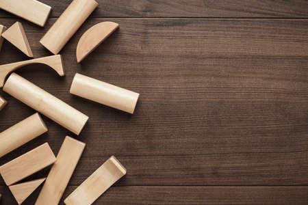 Holzbausteine ??Spielzeug auf dem Tisch