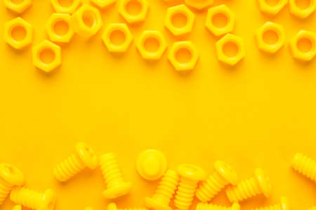 3d gedrukte bouten en noten op gele achtergrond Stockfoto