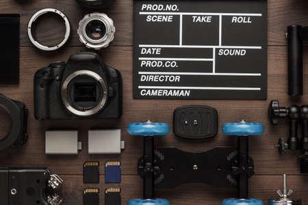 Verschillende video-apparatuur voor indie-productie op bruine houten tafelweergave van bovenaf. Korte filmproductie essentieel Stockfoto