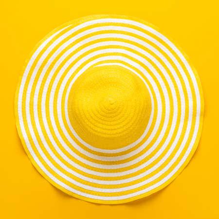 bovenaanzicht van gele gestreepte retro hoed close-up. zomer concept