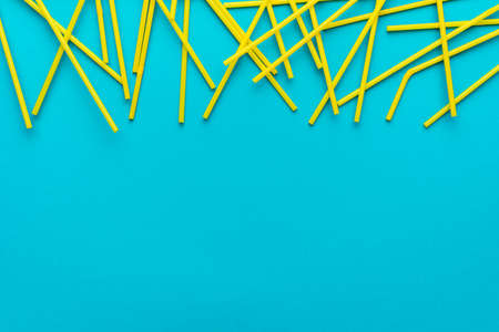 Flat lay photo of many yellow bendy cocktail straws. Imagens