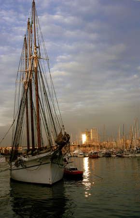 docked: Un alto buque atracado en Barcelona  Foto de archivo