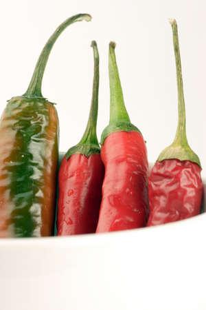 chiles secos: Un cuenco de la mezcla de chile en contra de una llanura de fondo.
