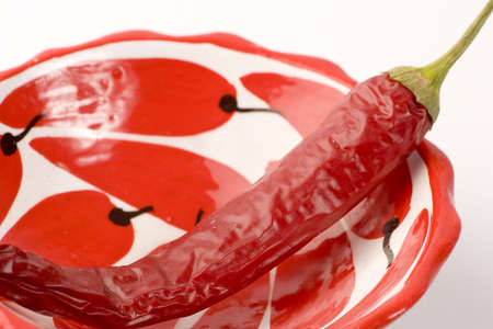 chiles secos: Red Chilli Peppers contra un fondo claro.