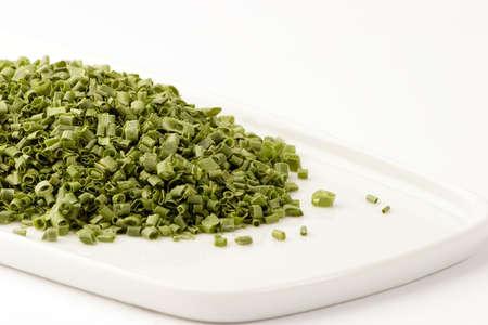 freeze dried: Congelaci�n secos cebolleta en un plato sobre un fondo blanco, Studio disparo.