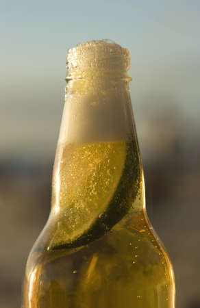 A mexican bottle of beer with a slice of lime. 版權商用圖片