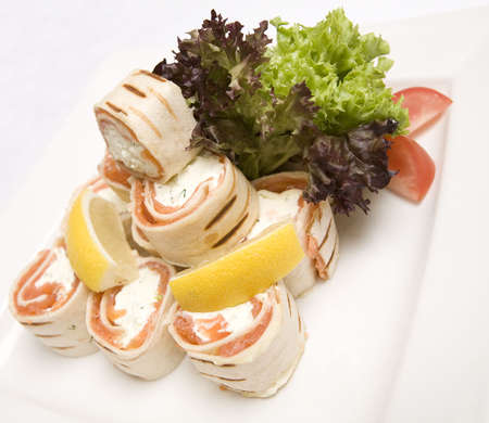 Een schotel van zalm en zachte kaas wraps  Stockfoto - 6080951