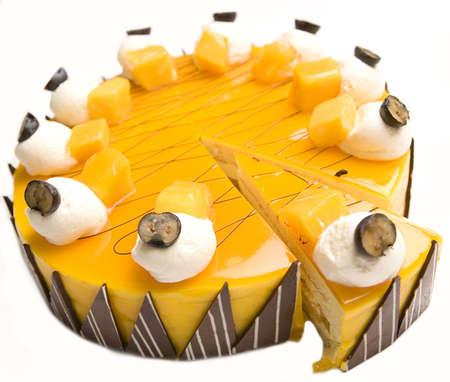 chuparse los dedos: Una porci�n de tarta de queso de mango aislado en un fondo blanco.