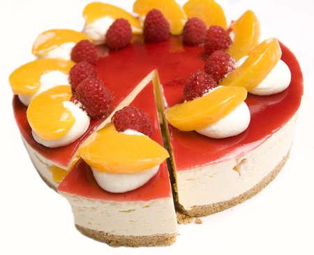 trozo de pastel: Una porci�n de tarta de queso de frambuesa y mandar�n