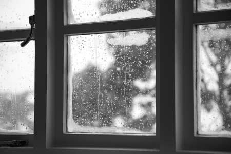 Ein Glas-Fenster zeigt die Wasserkondensation. Standard-Bild