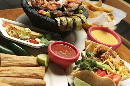 mexican food: Tiro horizontal de una variedad de platillos mexicanos. Kelvin poco profunda con la porci�n central de la imagen en foco.