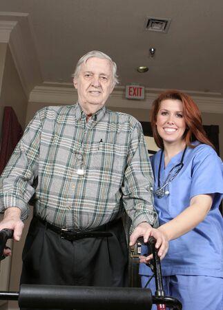 gehhilfe: Aktive Senior mit seiner Walker und Krankenschwester unterst�tzen. Senior, betreutes Mann, �ltere Menschen, Krankenschwester, wohnen,