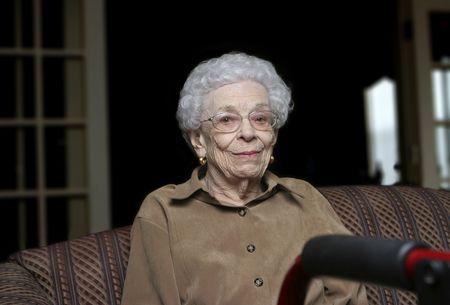 1 senior: Mujer senior con su andador en una instalaci�n de vida asistida  Foto de archivo